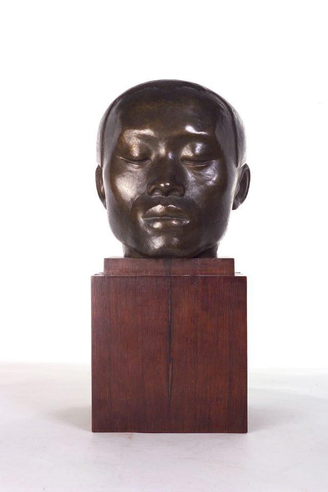 Eine Skulptur eines Kopfs.