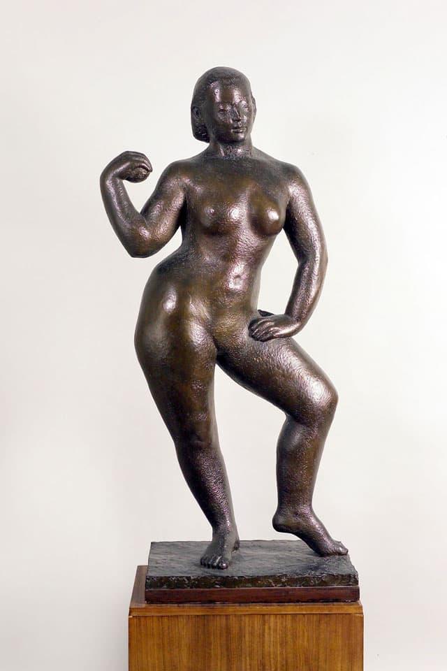 Skulptur einer nacken Frau, die eine tanzende Pose hält.