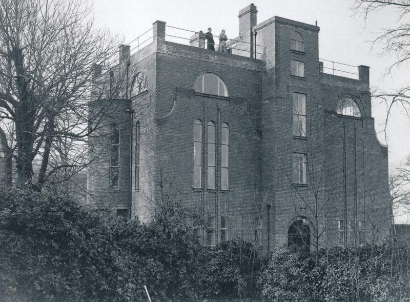 Schwarzweißfoto einer großen modernen Villa.