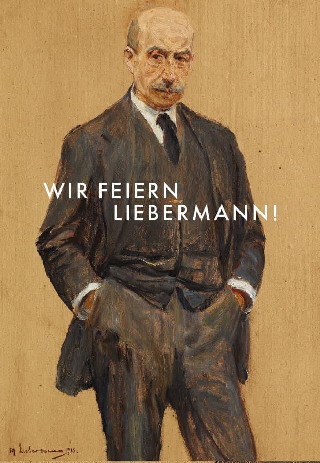 """Ganzkörperselbstporträt von Max Liebermann vor hellbraunem Hintergrund, zentral vor ihm de Aufschrift des Katalogtitels """"Wir feiern Liebermann!"""""""