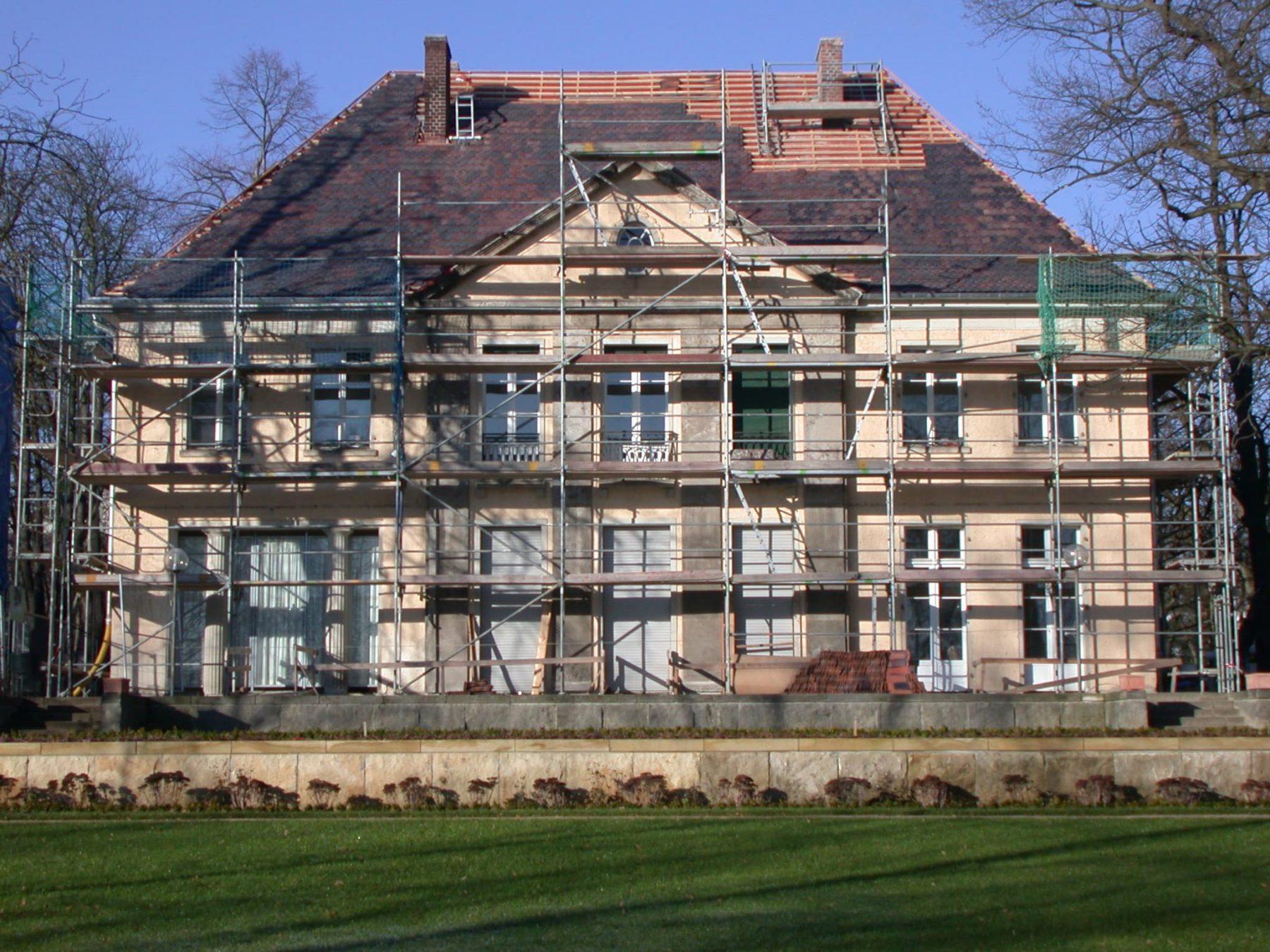 Die seeseitige Fassade der Liebermann-Villa ist mit einem Baugerüst umgeben.