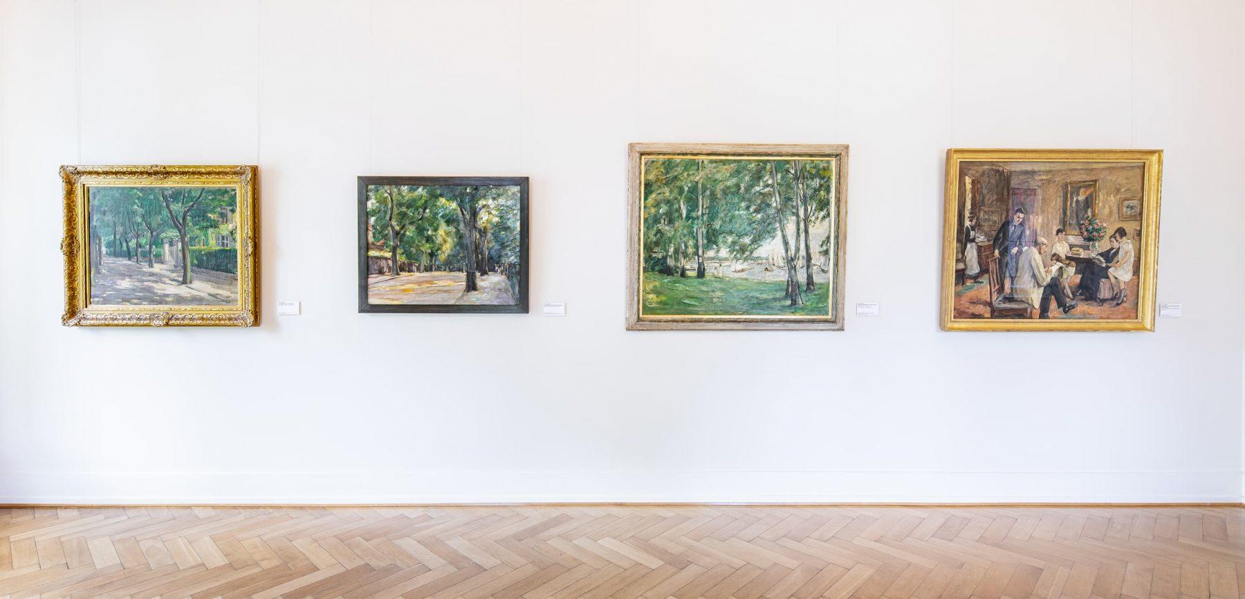 Wandansicht mit vier Gemälden.