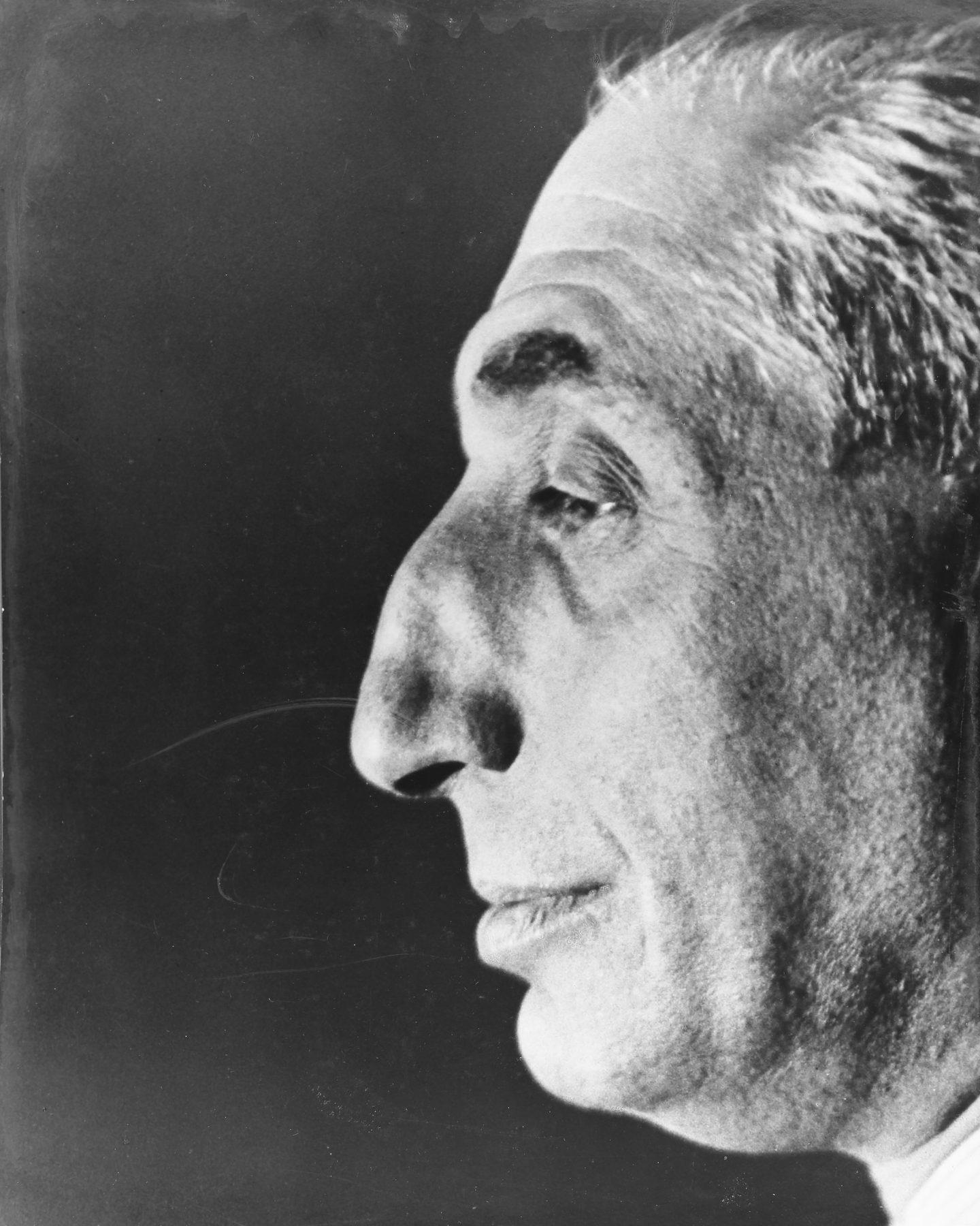 Auf dem Porträt ist Alfred Flechtheims markantes Gesicht im Profil zu sehen. Die Details seiner Physiognomie stechen im Kontrast zu dem dunklen Hintergrund stark hervor.