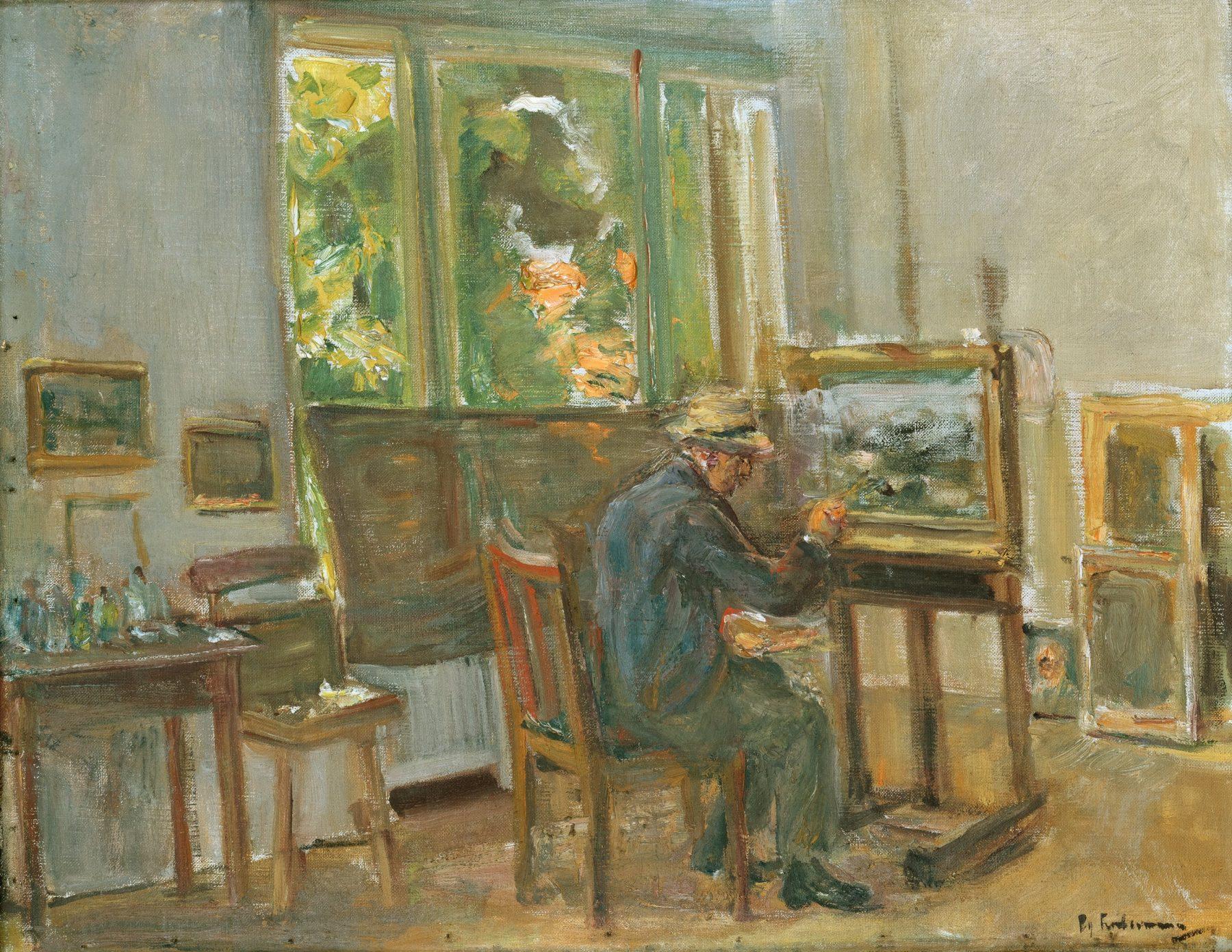 Der Künstler sitzt mit dem Rücken zu den Betrachtenden auf einem Stuhl vor einer Leinwand und malt. Er befindet sich in seinem Atelier, um ihn herum stehen einige weitere Gemälde.