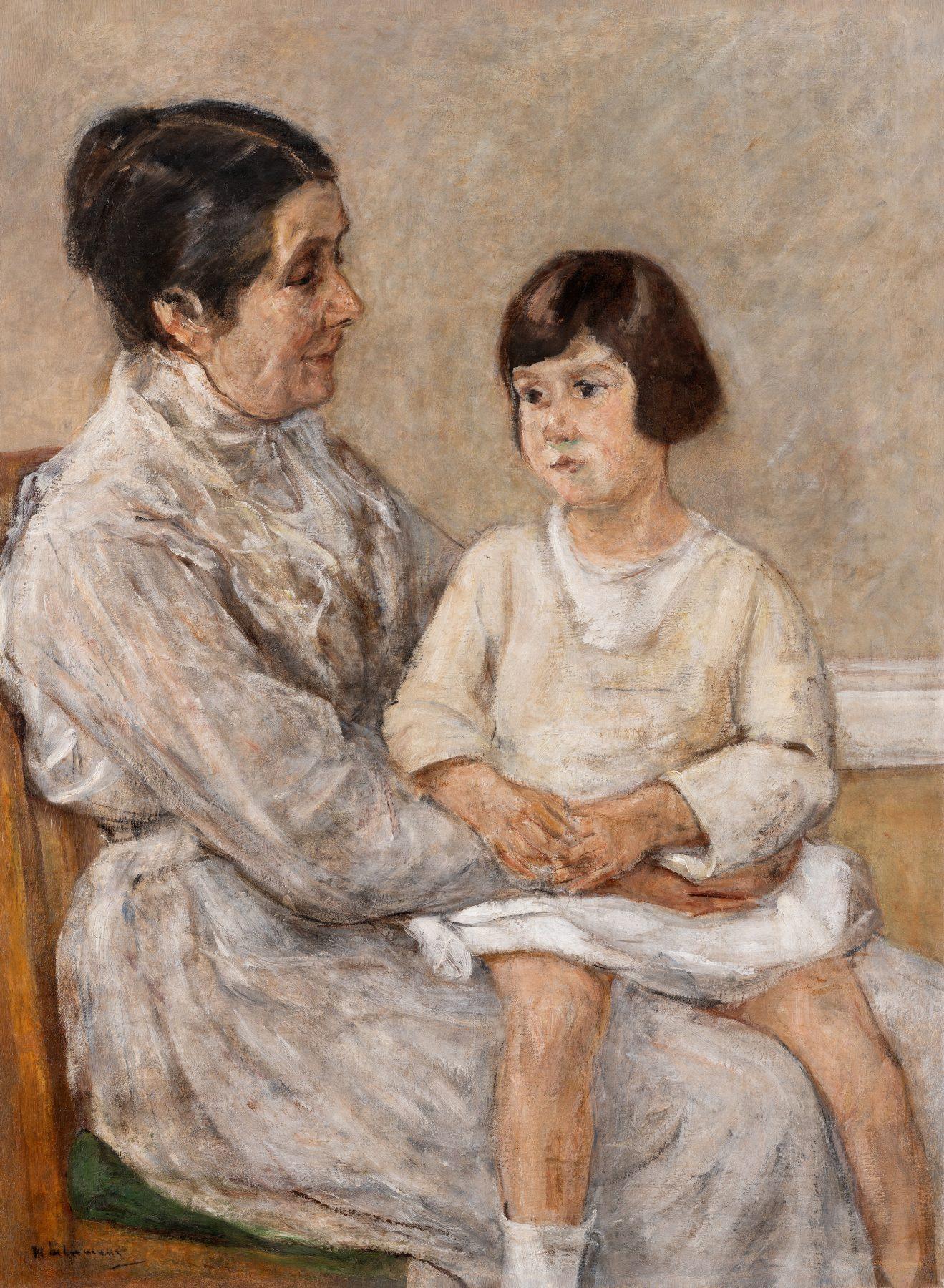 Die Enkelin Max Liebermanns sitzt auf dem Schoß Martha Liebermanns. Während Marthas Blick Maria zaghaft fixiert, schaut Maria an ihr vorbei.