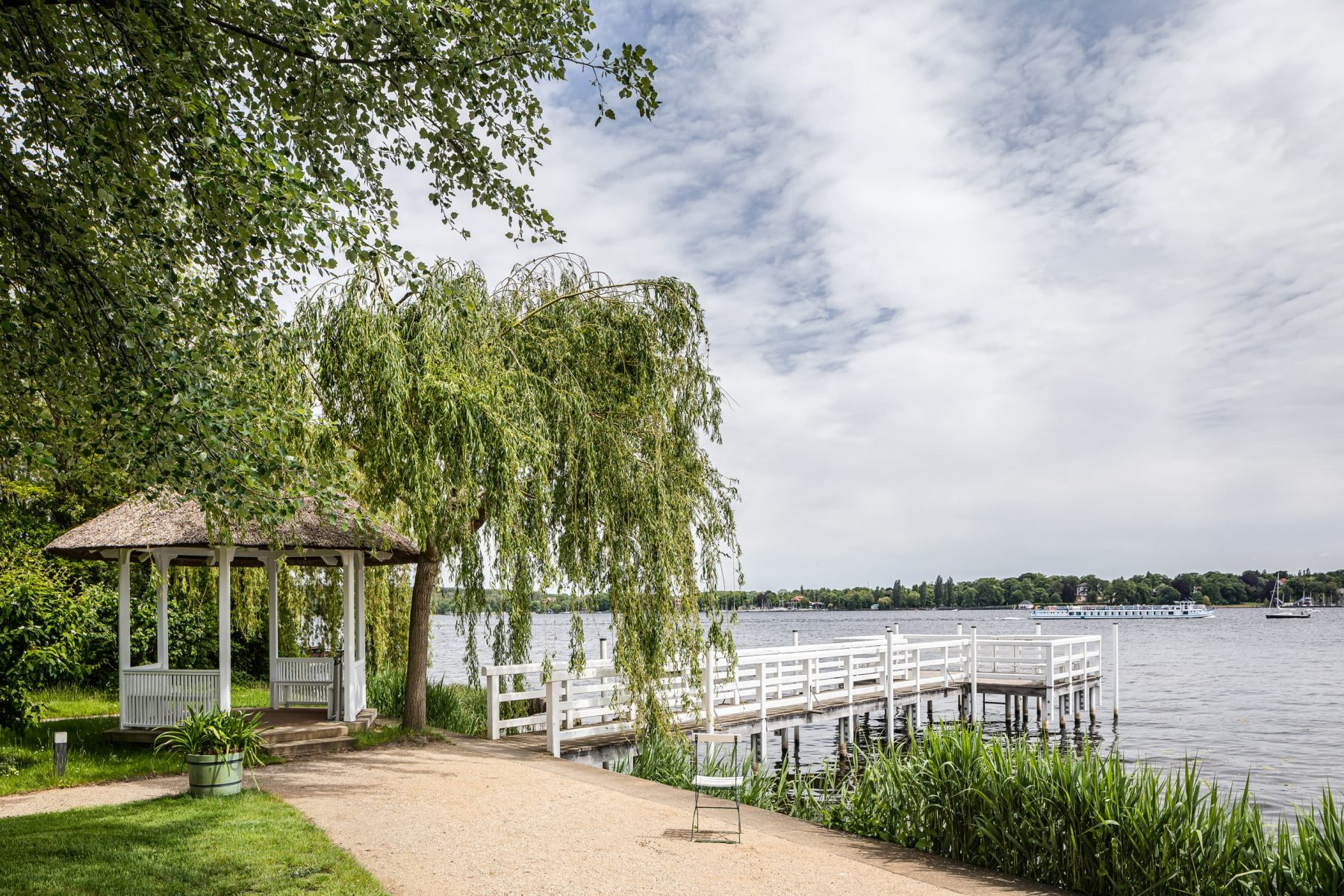 Blick auf den Steg und den Teepavillon der Liebermann-Villa am Wannsee
