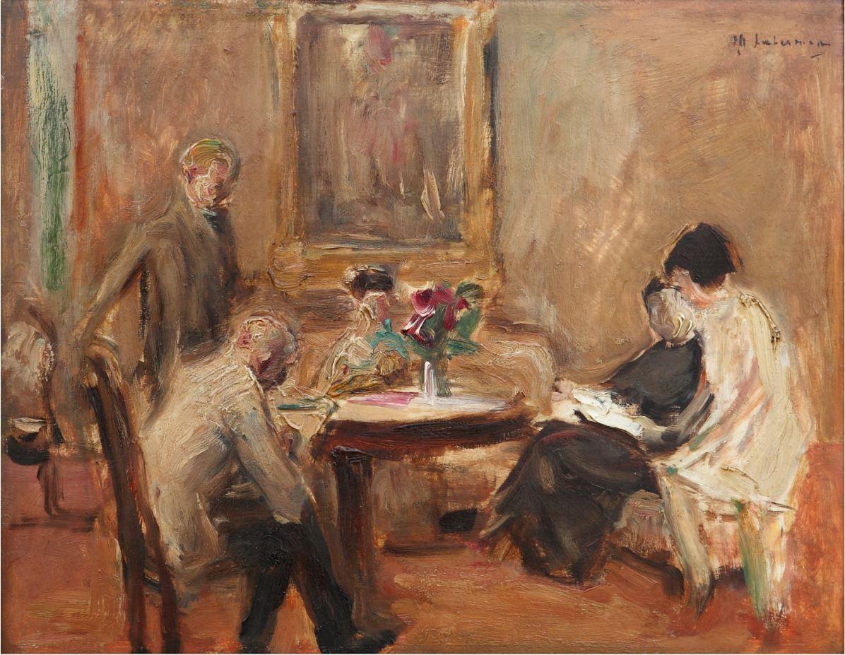 Max Liebermann sitzt an einem Tisch, links und rechts von ihm sitzen zwei Frauen. Wie der Titel vermuten lässt, könnte es sich bei ihnen um Liebermanns Frau und Tochter handeln. Links ist noch ein stehender Mann zu erkennen.